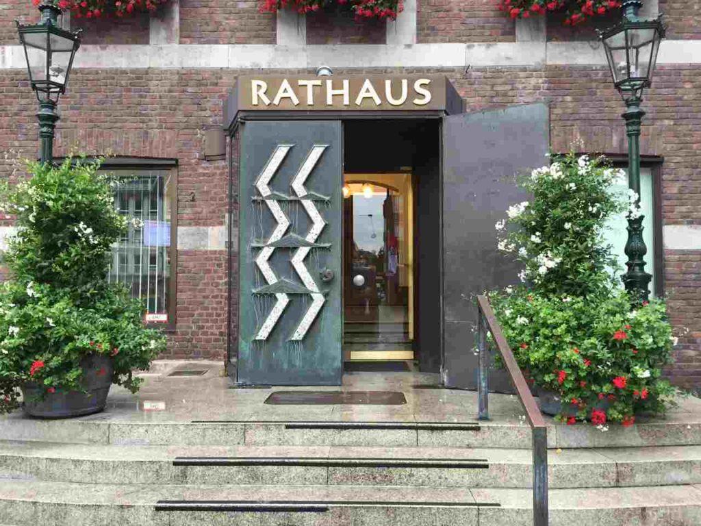 foto-rataus-treppe-eingang-stadtrat-angermund-rrx-einhausung-einstimmig-duesseldorf-initiative-schienelaerm-schallschutz