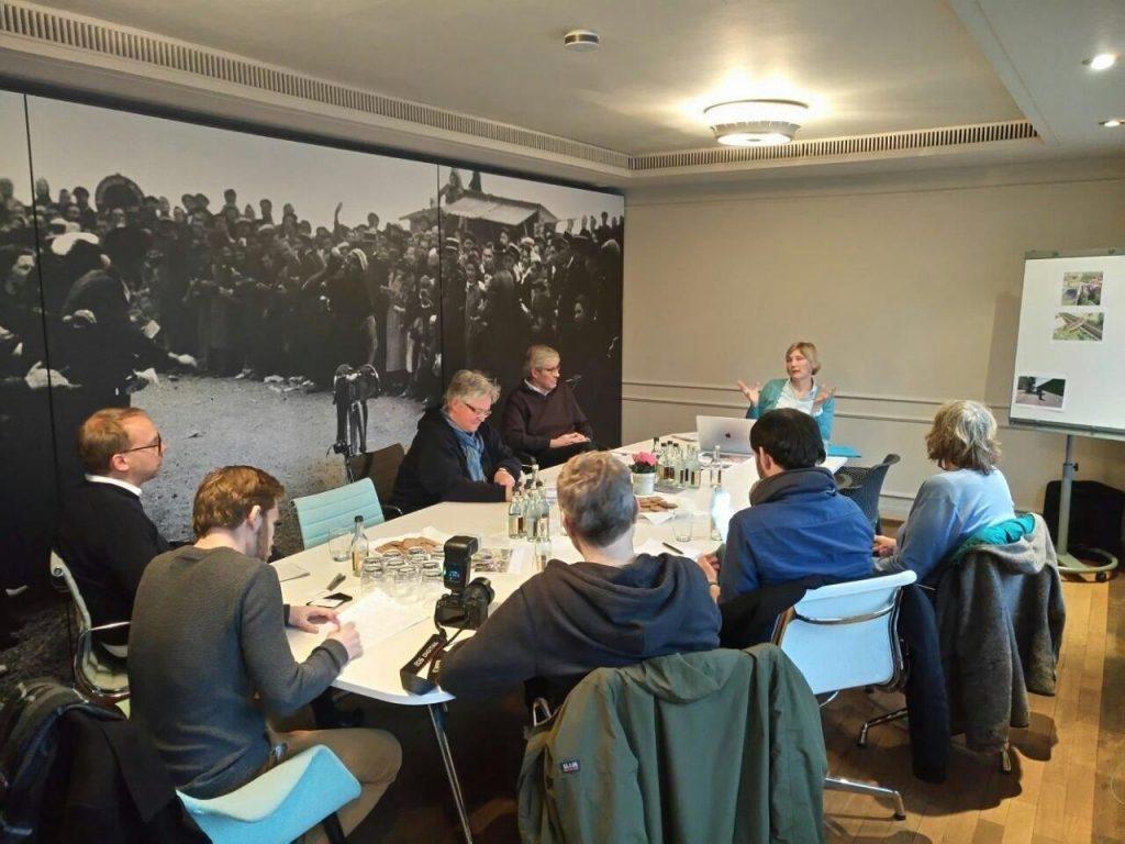 cafe-velo-rathaus-dueseldorf-pressekonferenz-konferenztisch-journalisten-rrx-rhein-ruhr-express-gutachten