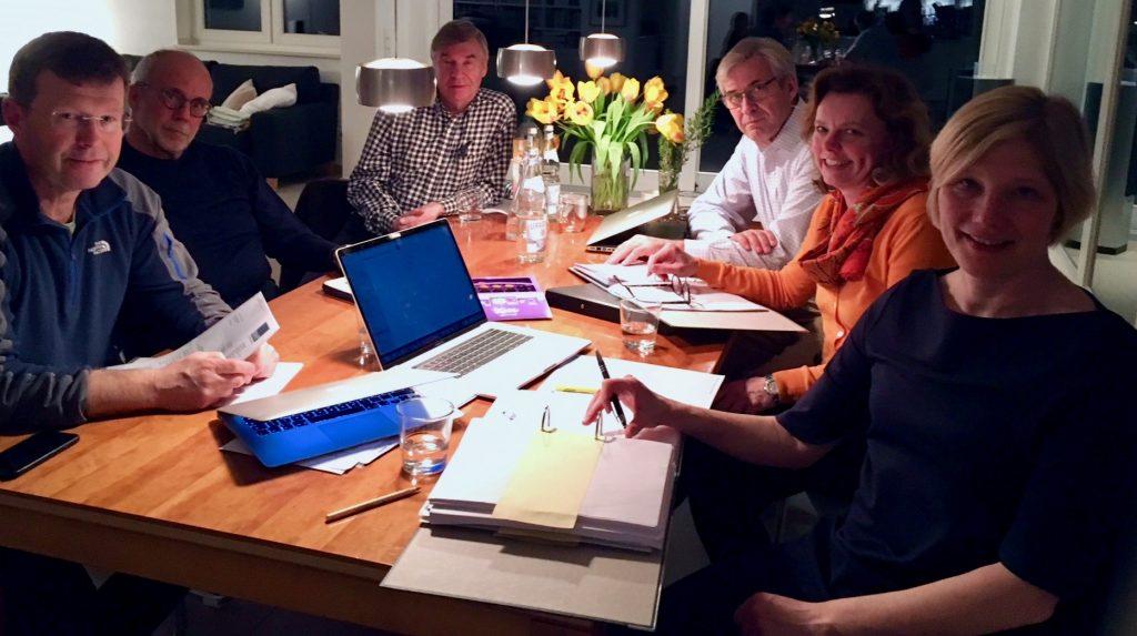 wohnzimmer-tisch-beratungen-sechs menschen-computer-akten-vorstand-initiative-angermund-rathaus-duesseldorf